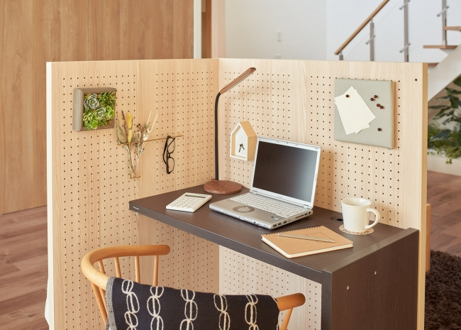 半個室になる組み立てデスク「KOMORU」が有孔ボード付きで便利な予感! 10万円以下で書斎が持てちゃうよ…